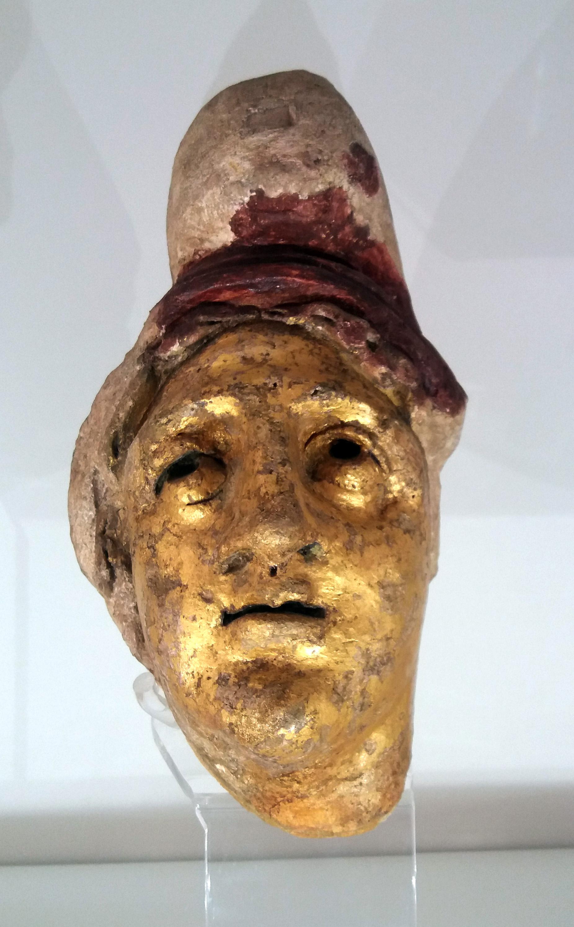 Foto 2: Mithrase pea Castra Peregrinorumi mithraeum'ist (Rooma), Rooma Rahvusmuuseum. Mithrase kullatud pea viitab talle kui päikesejumalale (foto: Jaan Lahe).