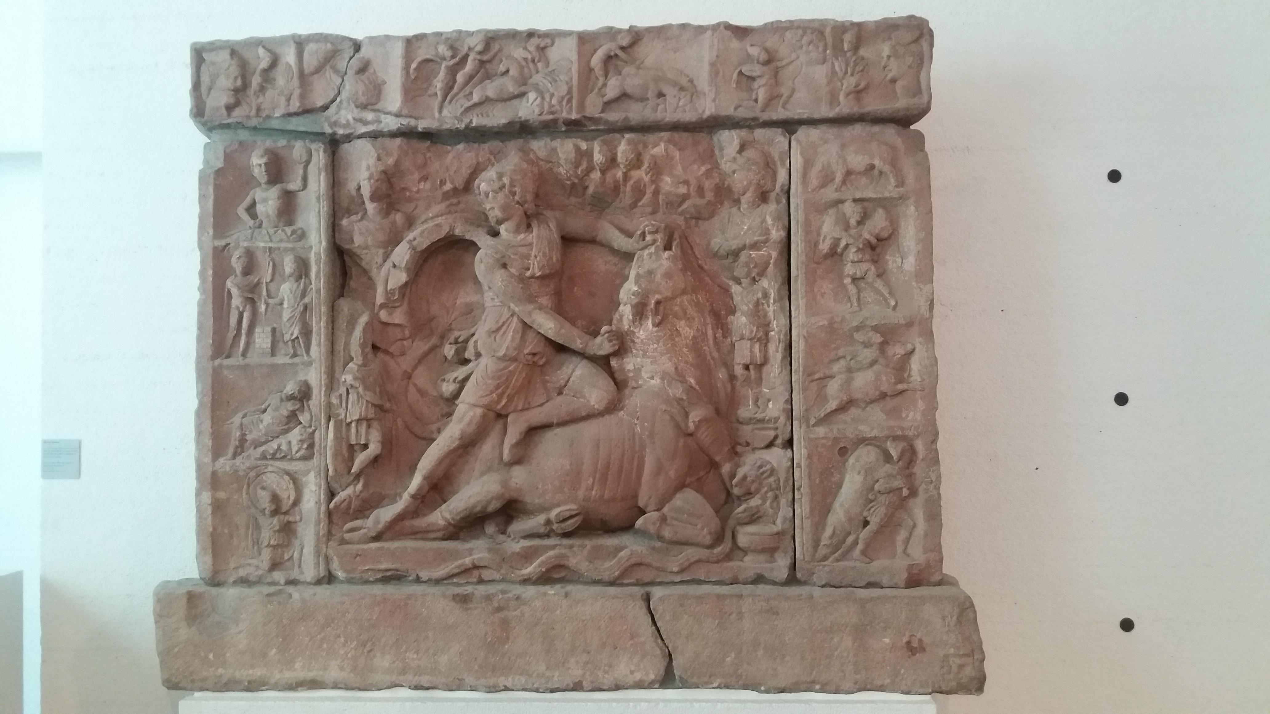 Foto 3: Mithrase härjaohvrit ning tema teisi elusündmusi kujutav kultusreljeef Neuenheimi (Saksamaa) mithraeum'ist. Badisches Landesmuseum, Karlsruhe (foto: Jaan Lahe)