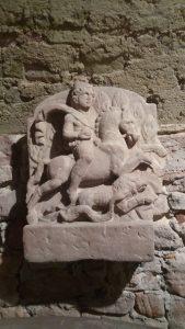 4-ratsutavat-mithrast-kujutav-reljeef-ladenburgi-linnamuuseumis